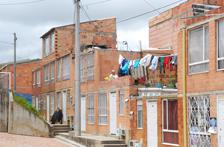Les impératifs de rendement, de financement, le rôle des moyens techniques, la pression de l'urgence, sont devenus des éléments constitutifs de la production de l'habitat populaire. Le rêve d'un pays de petits propriétaires relève de la faillite d'un certain urbanisme et d'une certaine architecture.